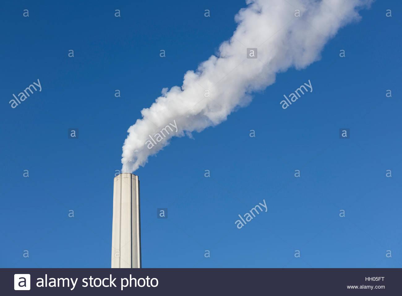 Il fumo camino riscaldamento globale cambiamenti climatici inquinamento atmosferico cielo blu Ontario in Canada. Immagini Stock