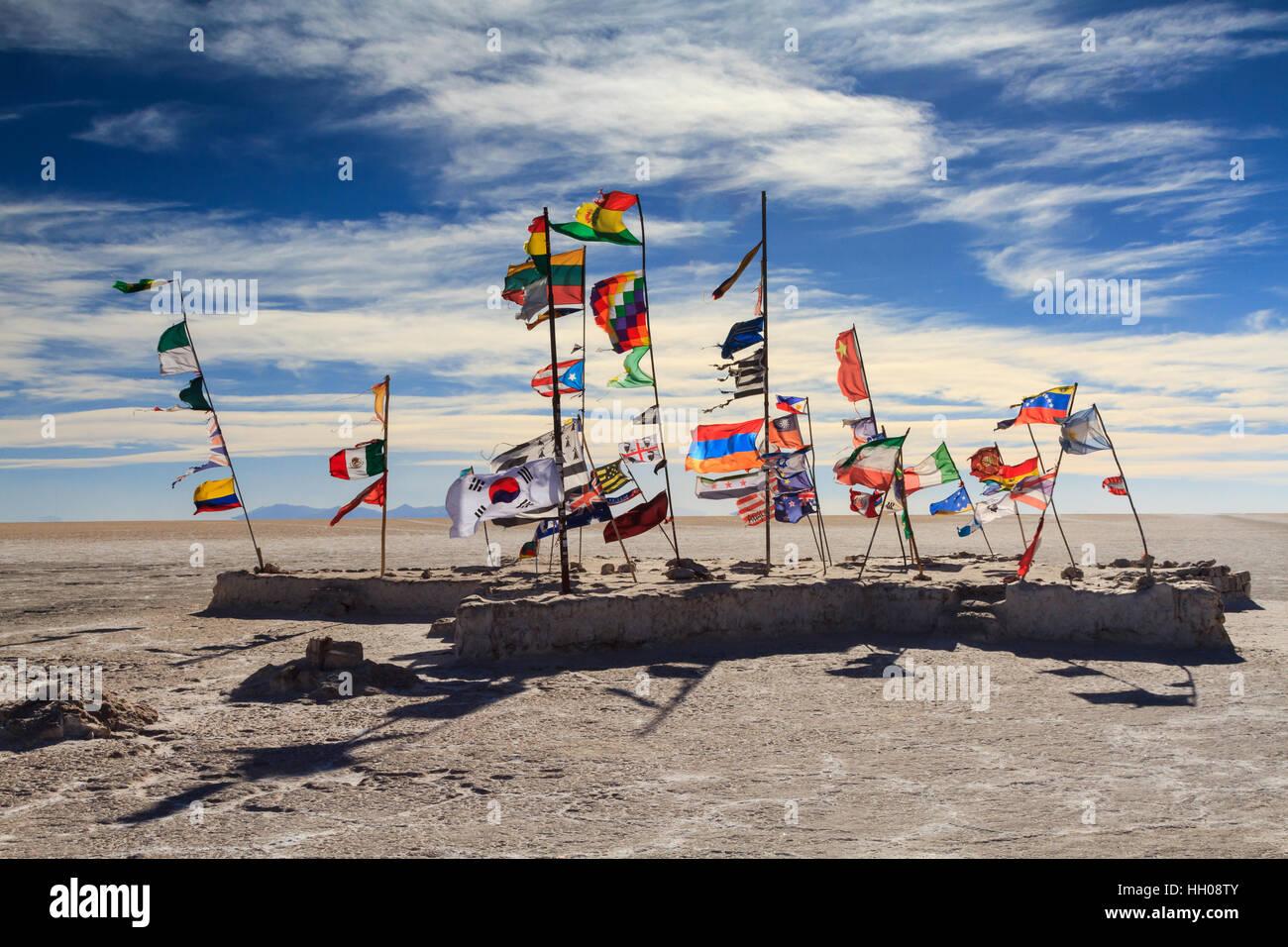 Bandiere del Salar de Uyuni, Altiplano, Bolivia Immagini Stock