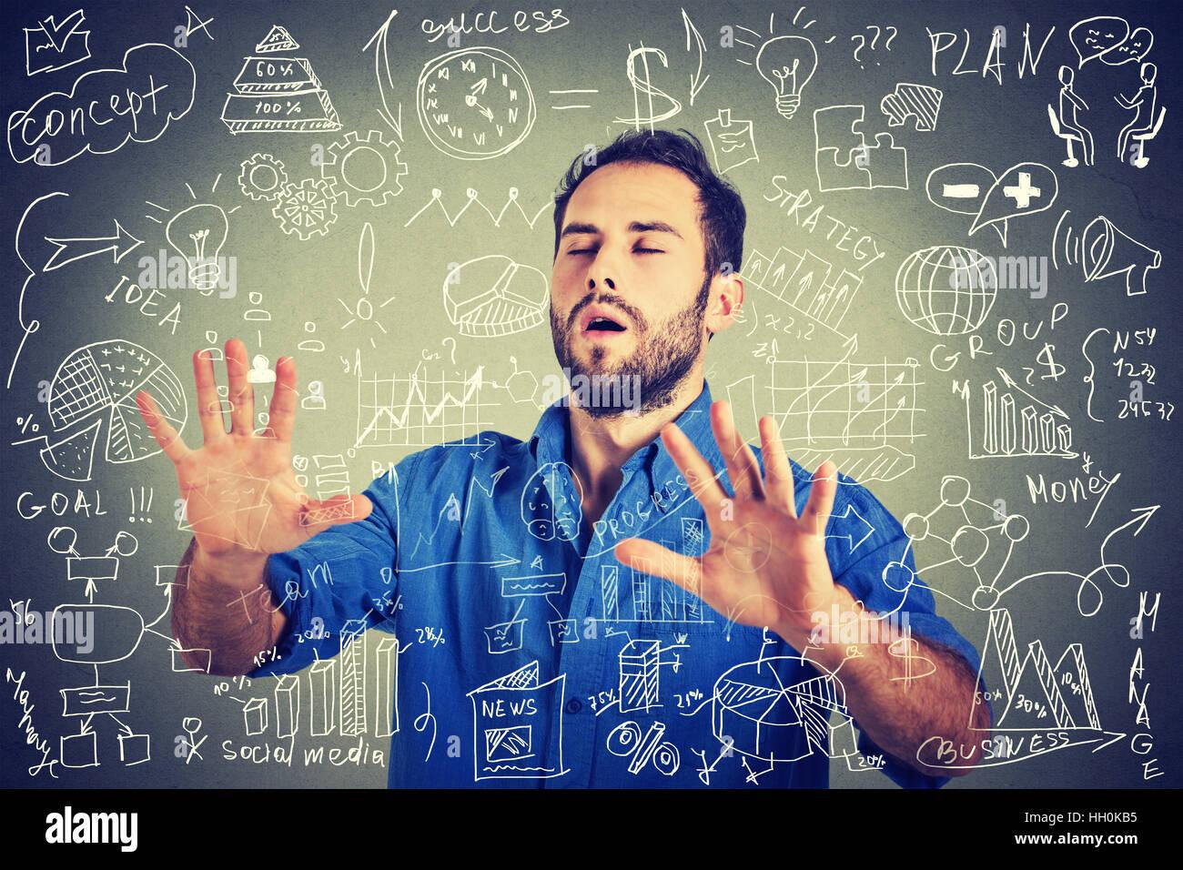 Gli occhi bendati giovane uomo d'affari alla ricerca a piedi attraverso complicati social media dati finanziari Immagini Stock