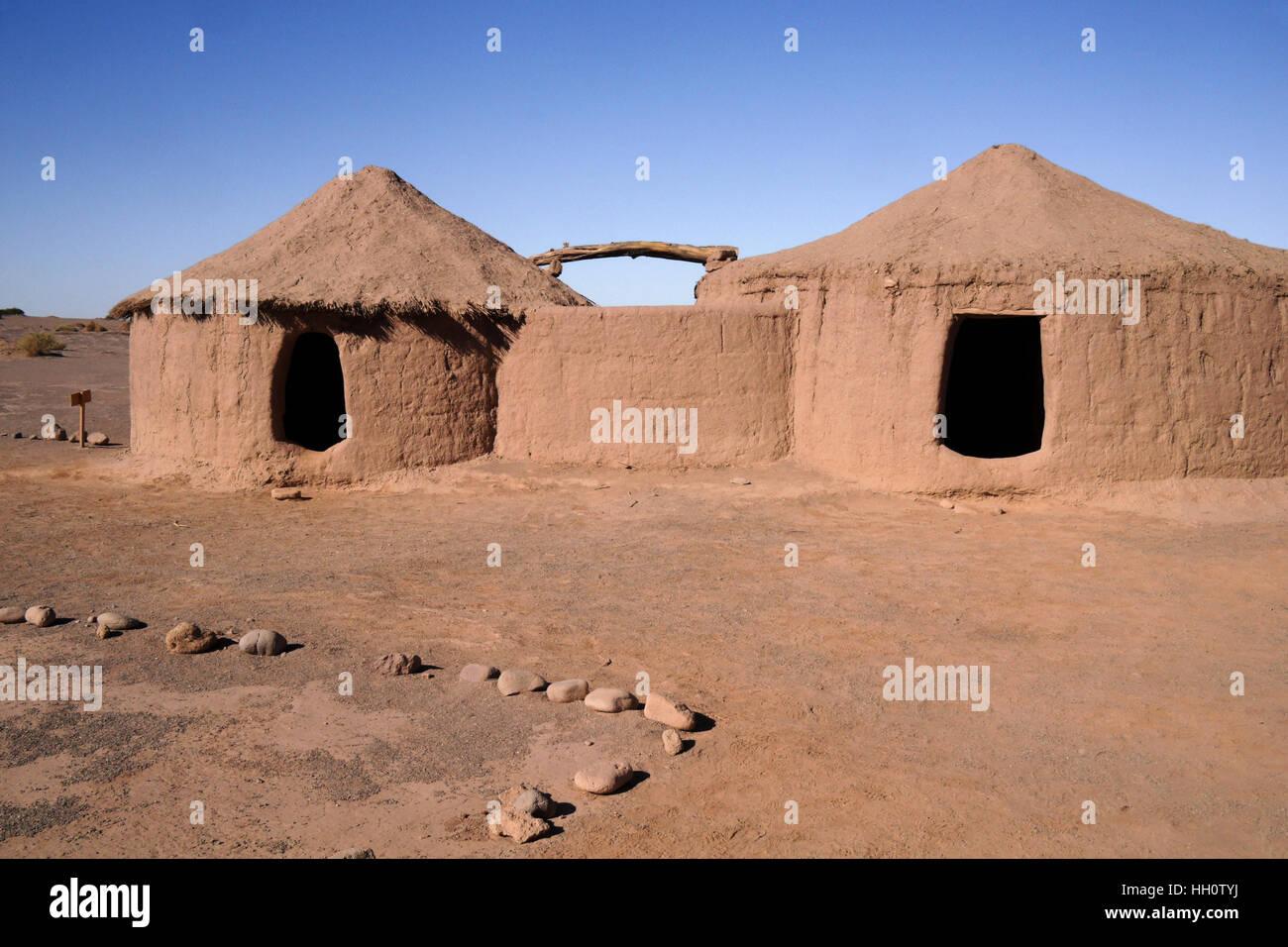 Replica capanne di fango di Linka Arti persone a Tulor sito archeologico vicino a San Pedro de Atacama, Norte Grande Immagini Stock