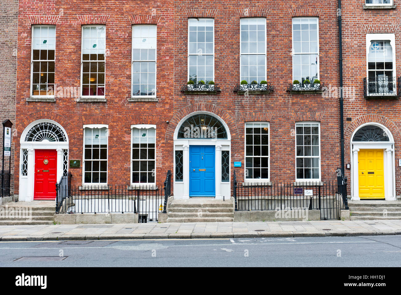 Rosso, blu e giallo di porte, architettura georgiana, Merrion Street, Dublin, Irlanda Immagini Stock