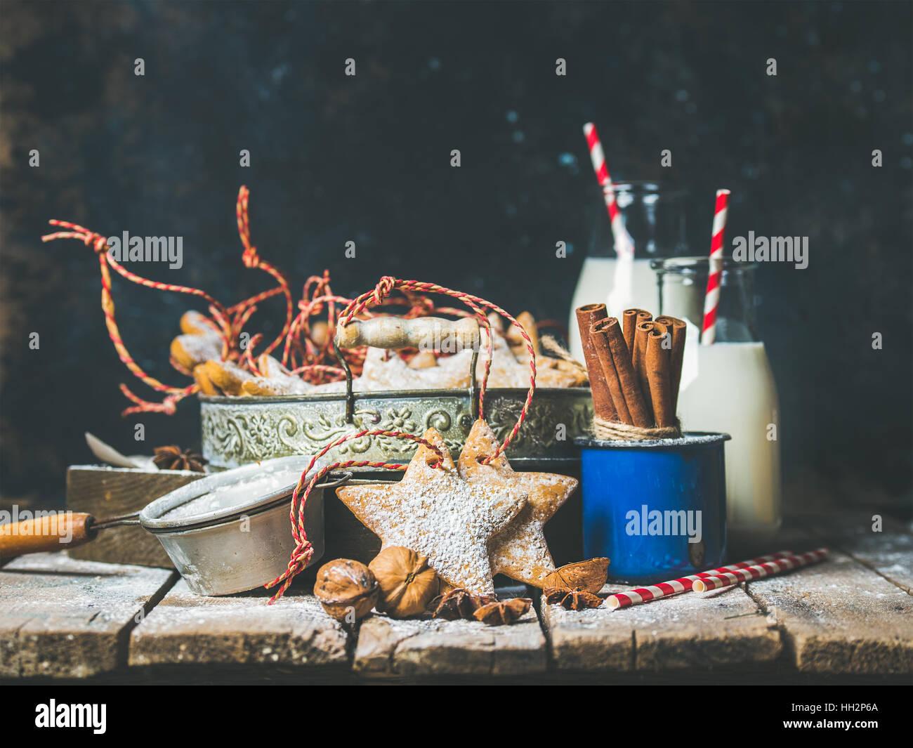 Festa di Natale a forma di stella gingerbread cookies nel vassoio vintage Immagini Stock
