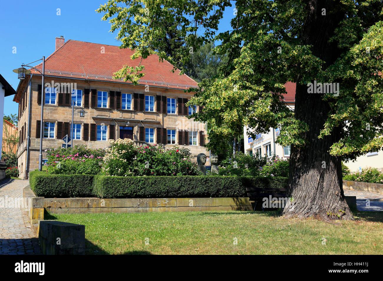Il clero, casa a due piani Sandsteinquaderbau strutturato, scala con Balustergelaender, hipped tetto, Neudrossenfeld, Immagini Stock