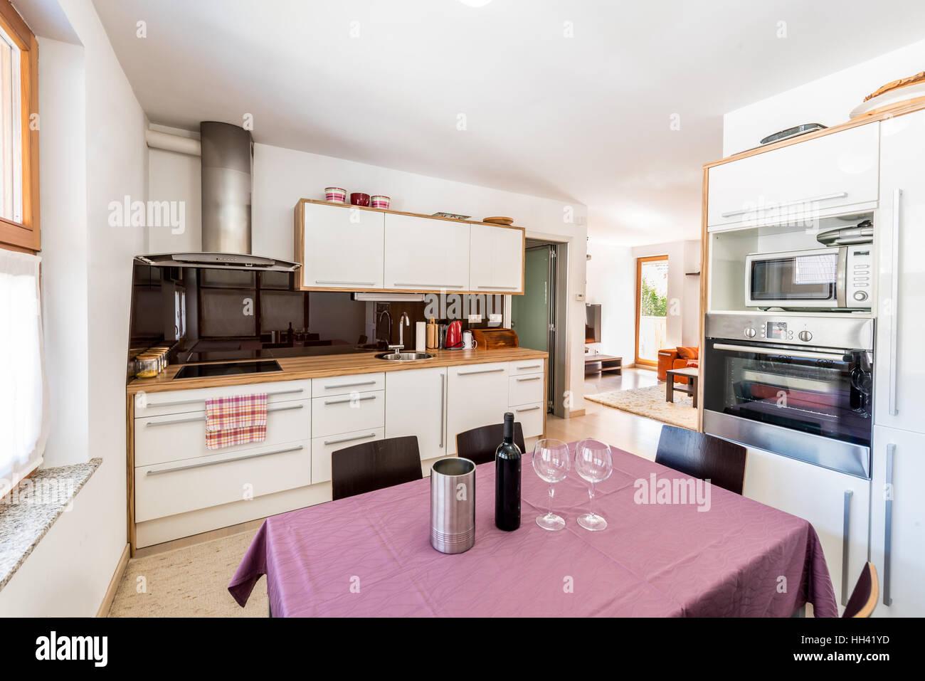 Moderna cucina open space con vista del soggiorno ...