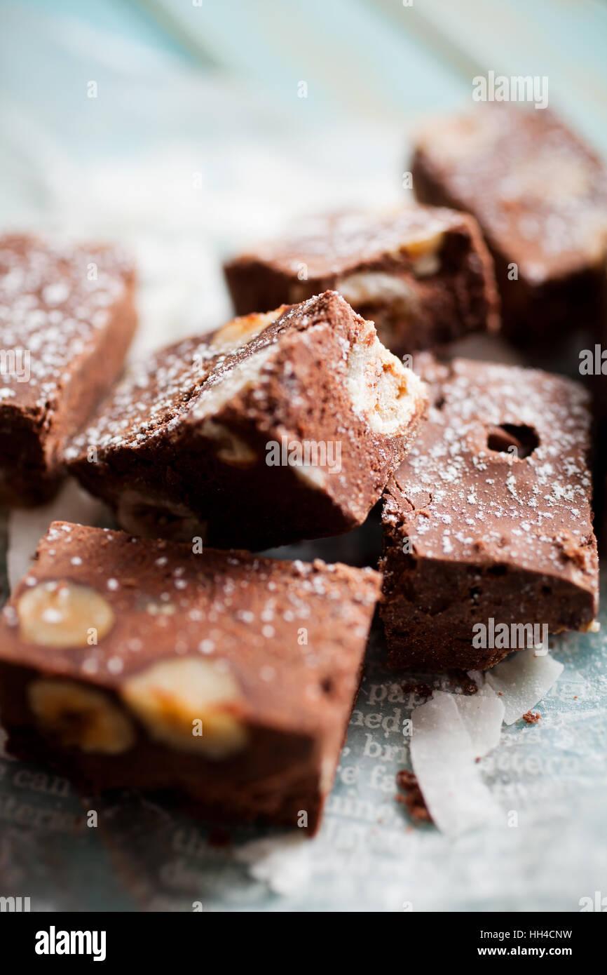 Dolce al cioccolato con noci e noce di cocco Immagini Stock