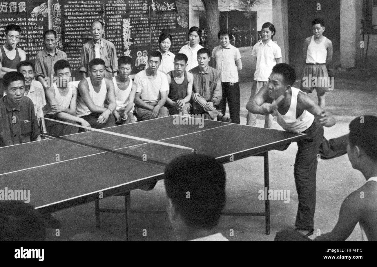 I lavoratori di giocare e guardare una partita di tennis da tavolo durante la Rivoluzione Culturale era nella Cina Immagini Stock