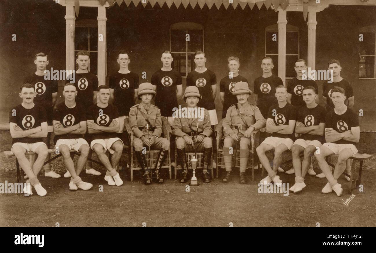 Foto di gruppo, British team sportivo, con gli ufficiali e cup, Quetta, India (ora in Pakistan). Immagini Stock