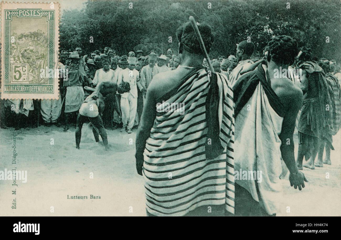 Pubblico intorno a un match wrestling tra due uomini in Madagascar. Immagini Stock