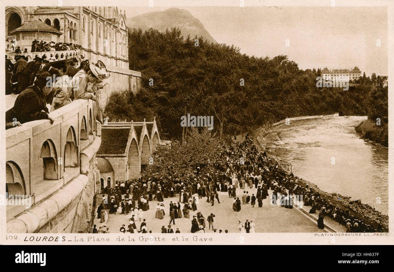La Place de la Grotte e il fiume Gave de Pau, Lourdes, Francia Immagini Stock