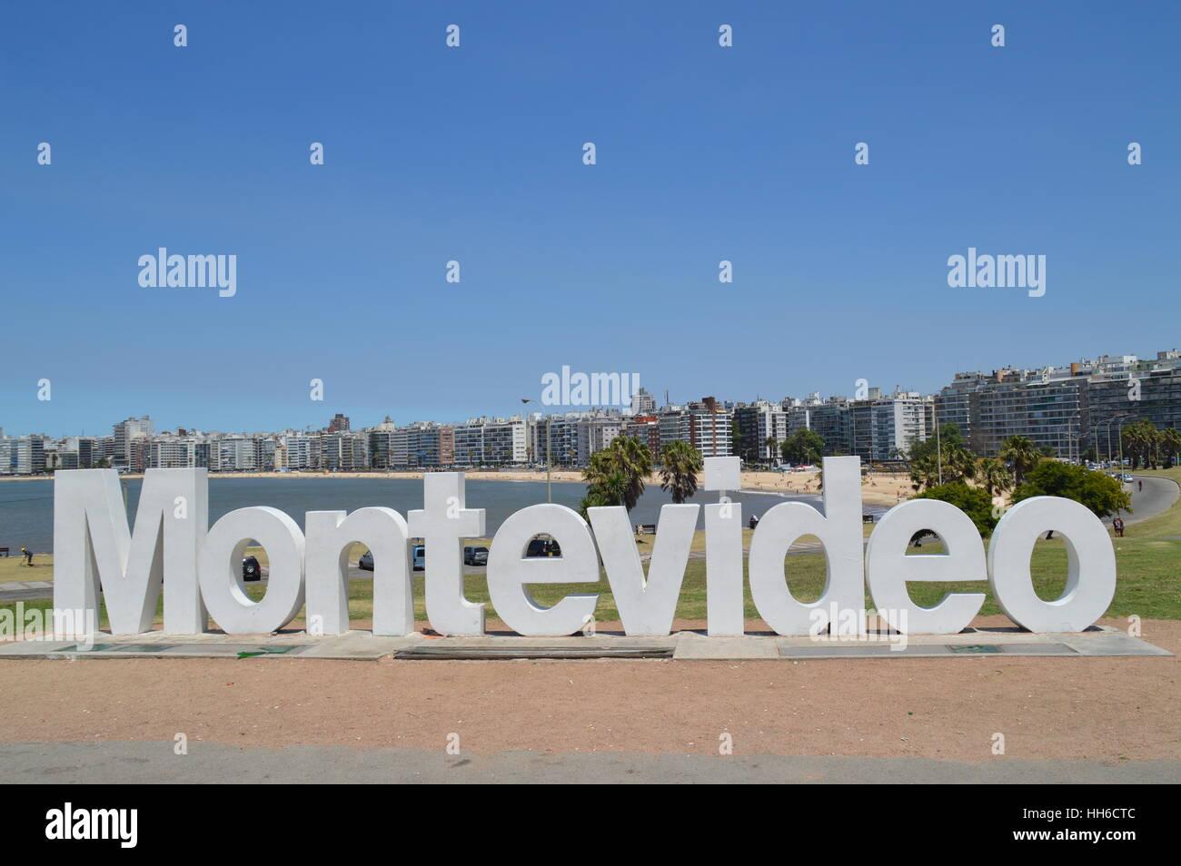 Le lettere di Montevideo vicino a Spiaggia Pochito nella città di Montevideo, Uruguay, Immagini Stock