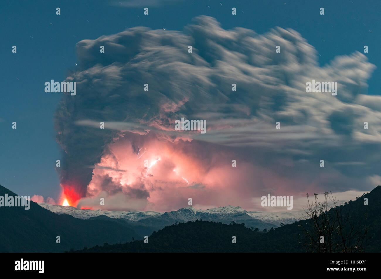 2011, Cordón Caulle eruzione del vulcano in Cile. La regione del fiume. Immagini Stock