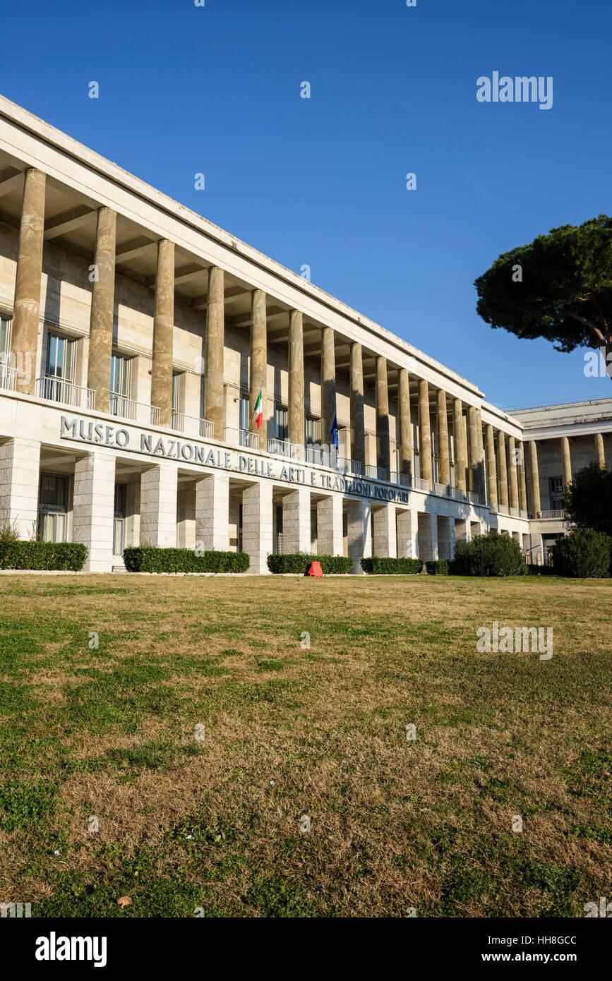 Roma. L'Italia. Museo Nazionale delle Arti e Tradizioni Popolari, sulla Piazza Guglielmo Marconi, EUR. Museo Immagini Stock