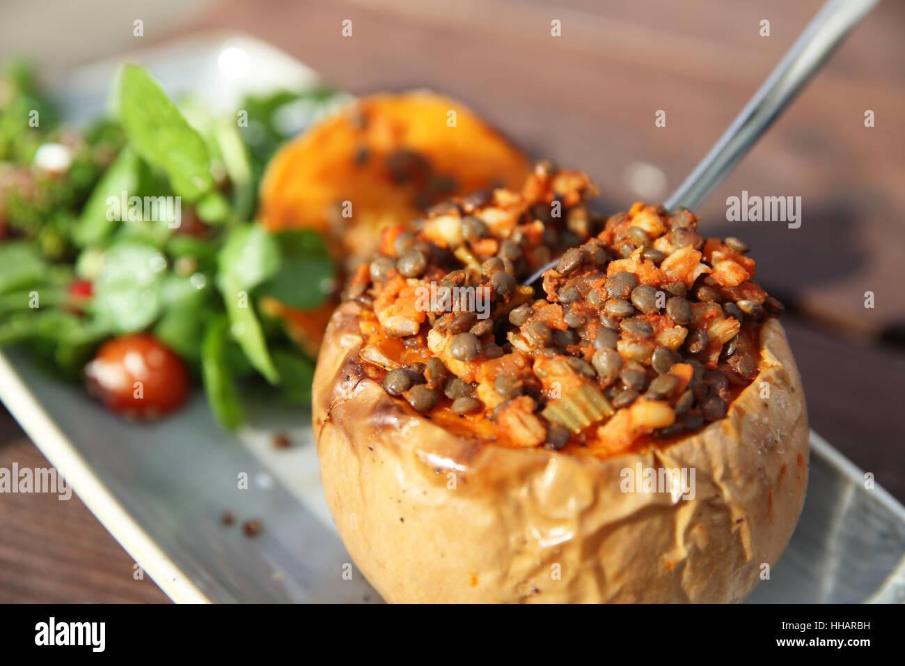 Riscaldamento e sana in autunno o caduta di cibo durante la pausa pranzo, la zucca, lenticchie e insalata, in Inghilterra, Immagini Stock