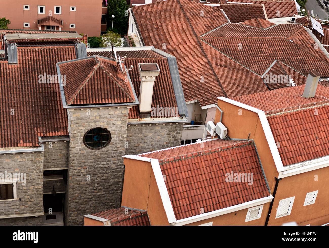 Molti tetti in tegole rosse insieme di chiusura. Vecchia città di Budva Immagini Stock