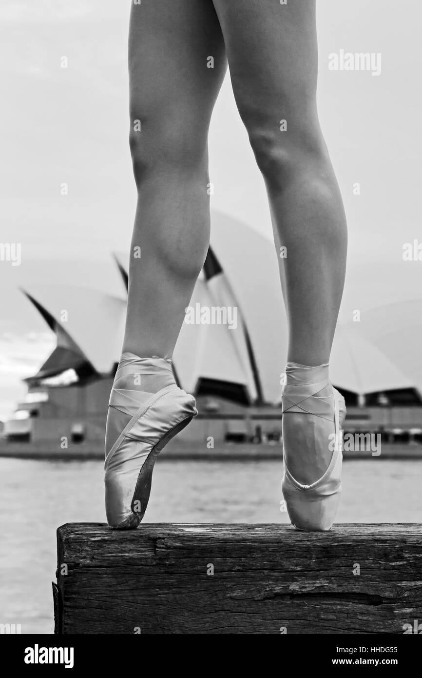 Forte montare le gambe della ballerina ballerina bilanciamento sulla barra di legno al Porto di Sydney Circular Immagini Stock