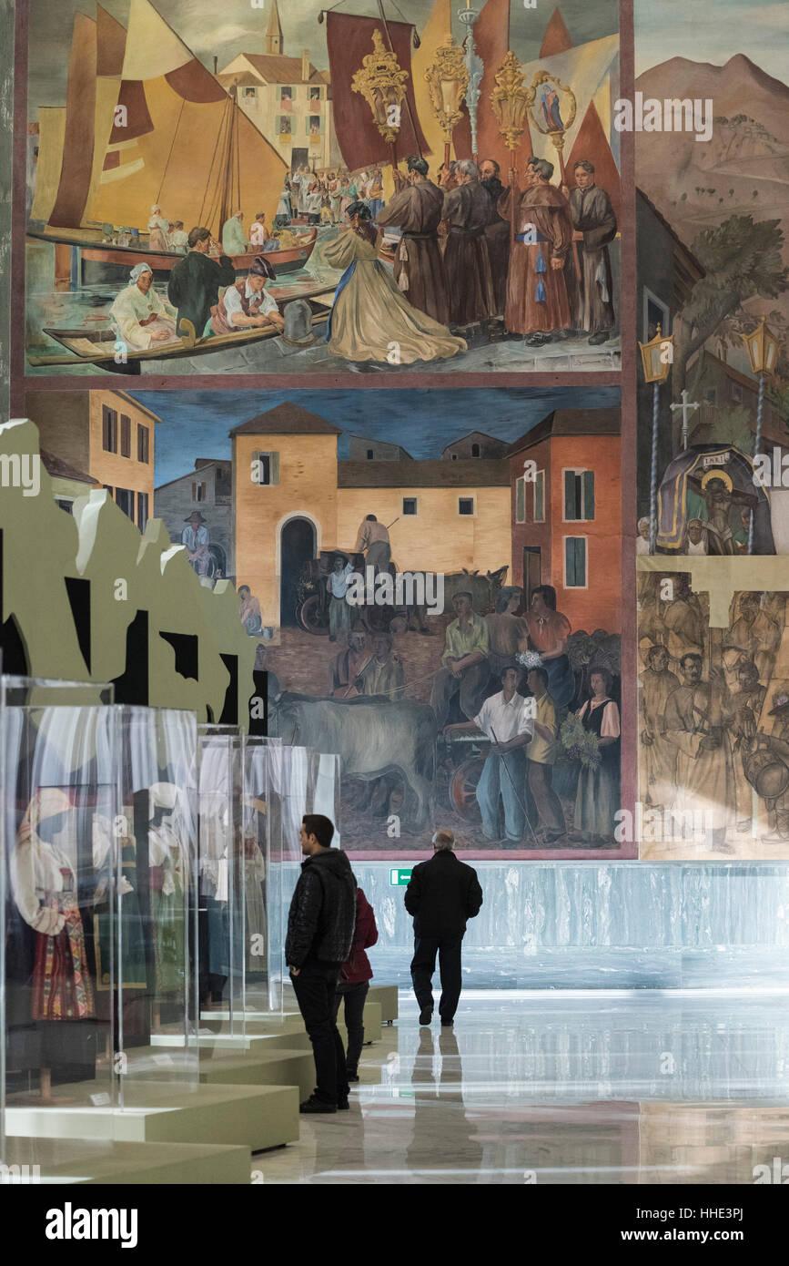 Roma. L'Italia. Museo Nazionale delle Arti e Tradizioni Popolari, i visitatori del Salone d'onore, con affreschi Immagini Stock