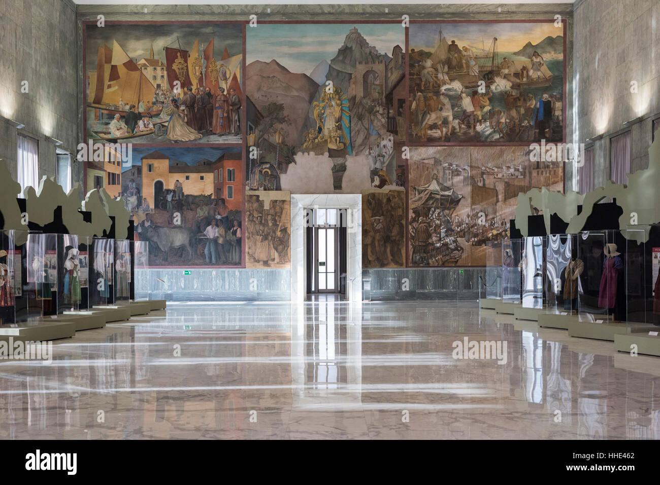 Roma. L'Italia. Museo Nazionale delle Arti e Tradizioni Popolari, il Salone d'onore, con affreschi raffiguranti Immagini Stock