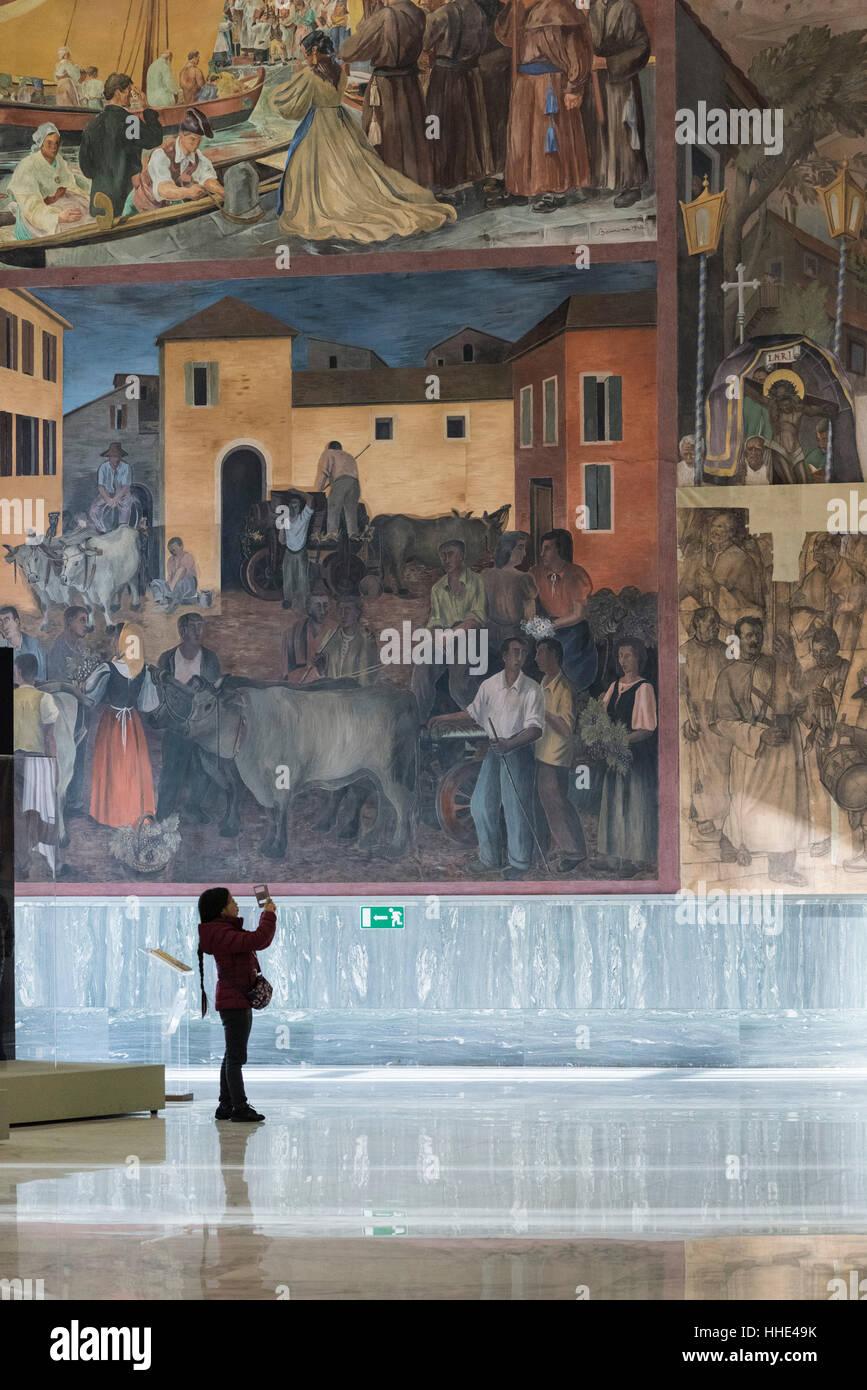 Roma. L'Italia. Museo Nazionale delle Arti e Tradizioni Popolari, visitatore nel Salone d'onore, con affreschi Immagini Stock