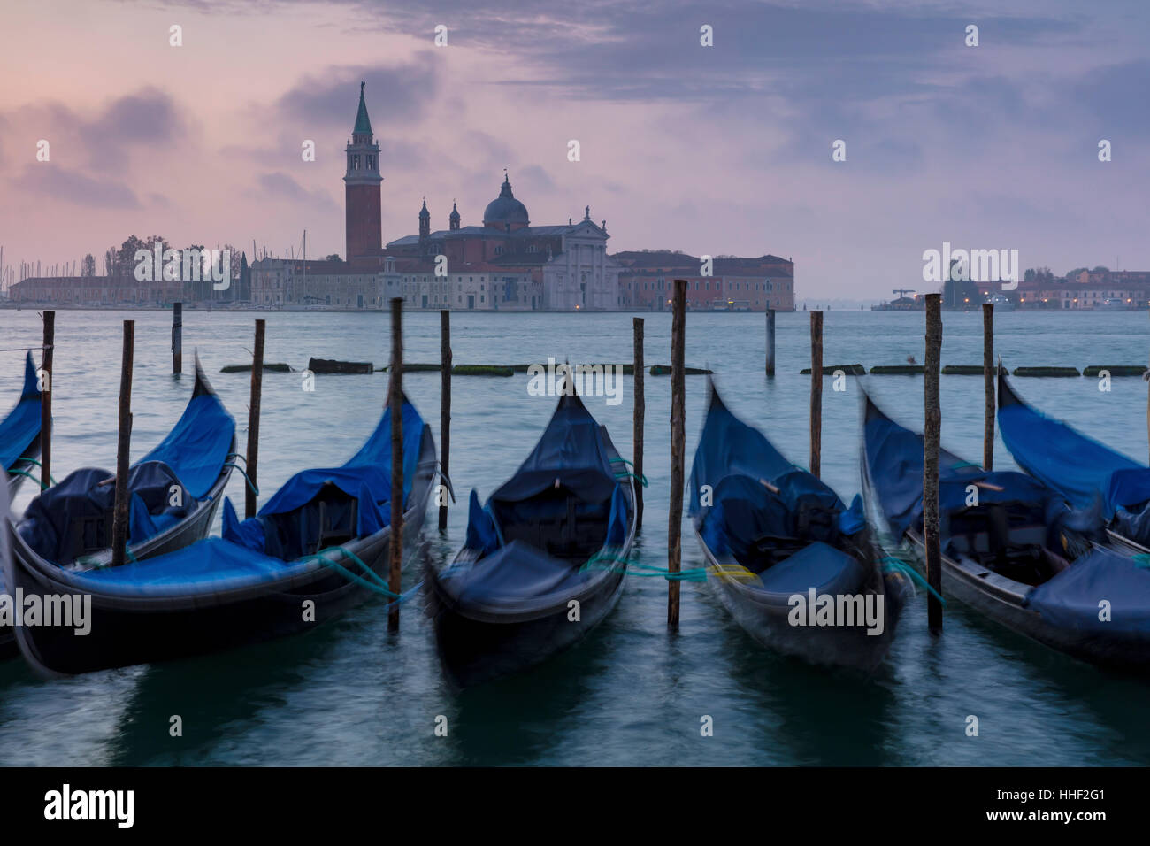 Pre-alba della luce sulle gondole e San Giorgio Maggiore, Venezia, Veneto, Italia Immagini Stock
