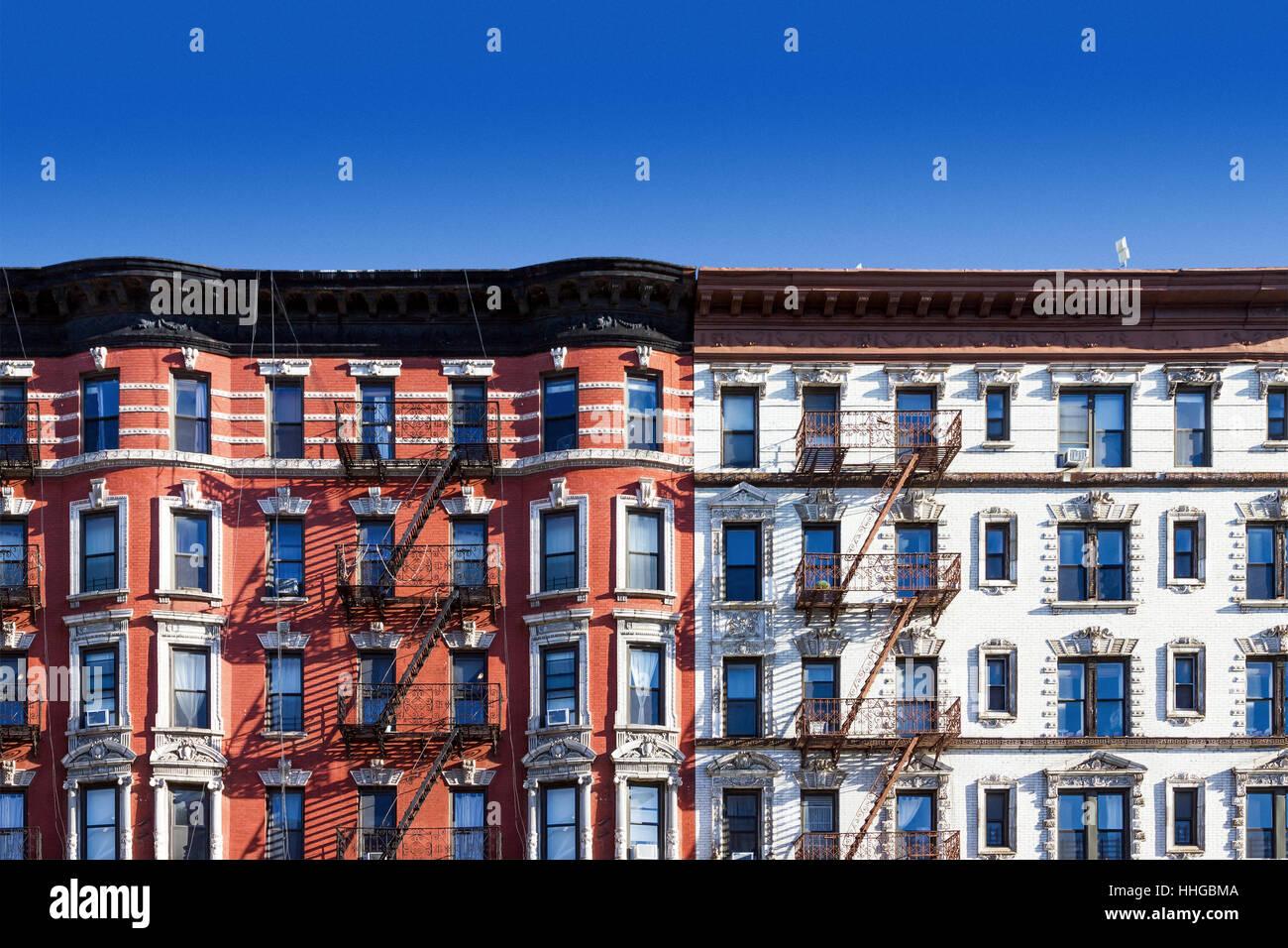 New York City Blocco di vecchio appartamento storico edifici nell'East Village di Manhattan NYC con un cielo Immagini Stock