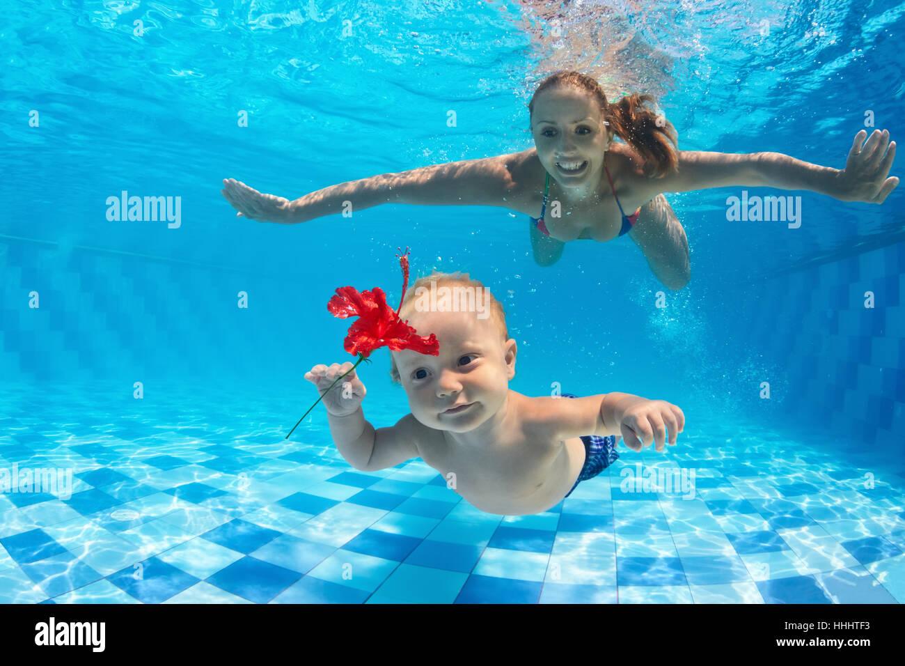 cbf837a241883e Famiglia fitness - happy madre e figlio bambino imparare nuotare e tuffarsi  underwater con il divertimento in piscina. Uno stile di vita attivo, sport  ...