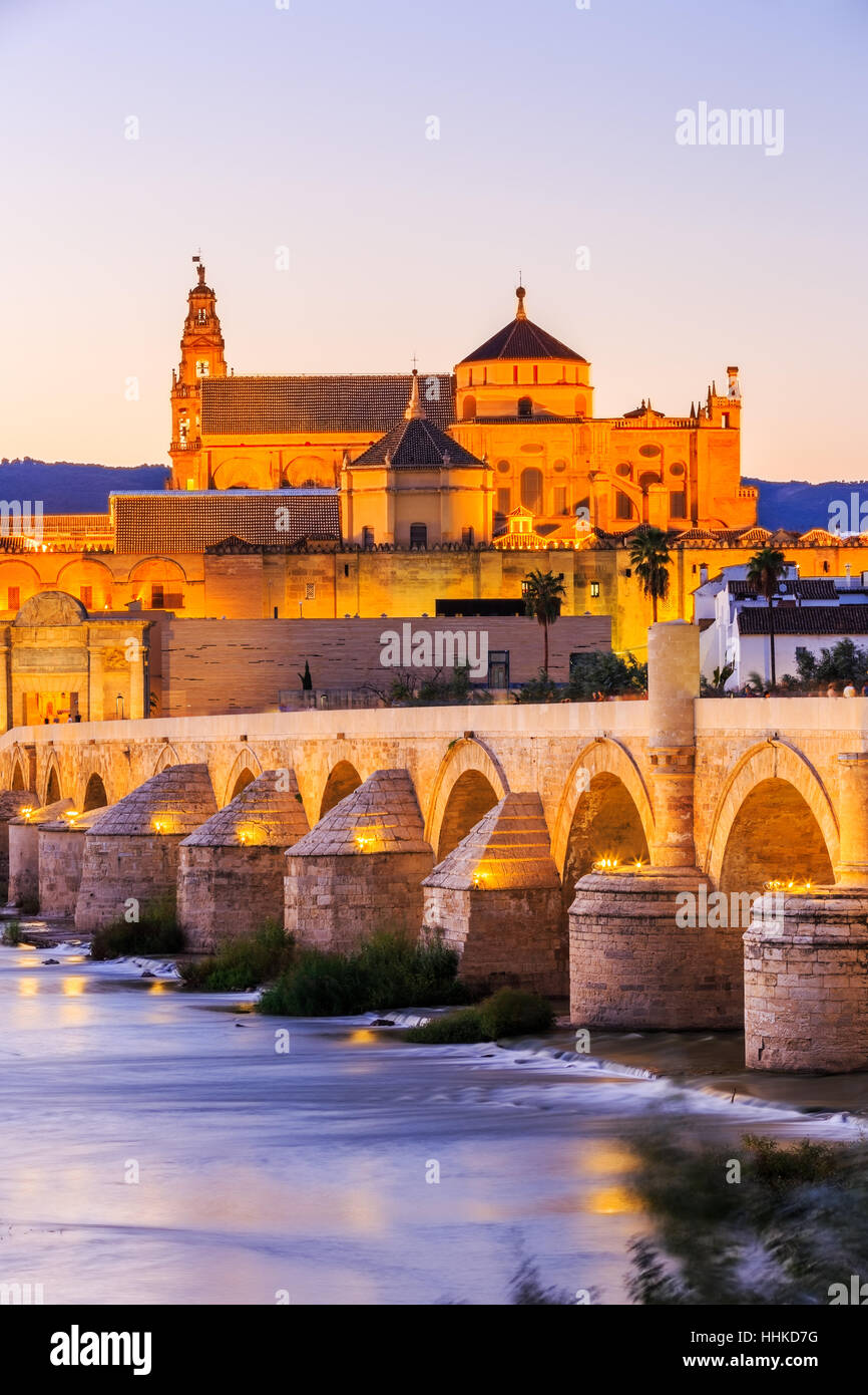 Cordoba, Spagna. Ponte romano e la Mezquita. Immagini Stock