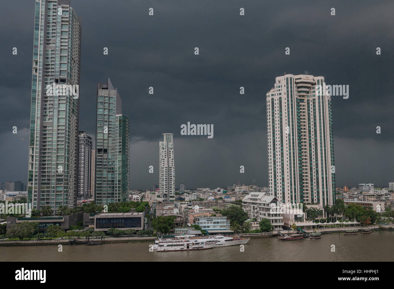 Una foto del centro cittadino di Bangkok, Tailandia appena prima di una tempesta, preso dal Shangri-La Hotel attraverso Immagini Stock