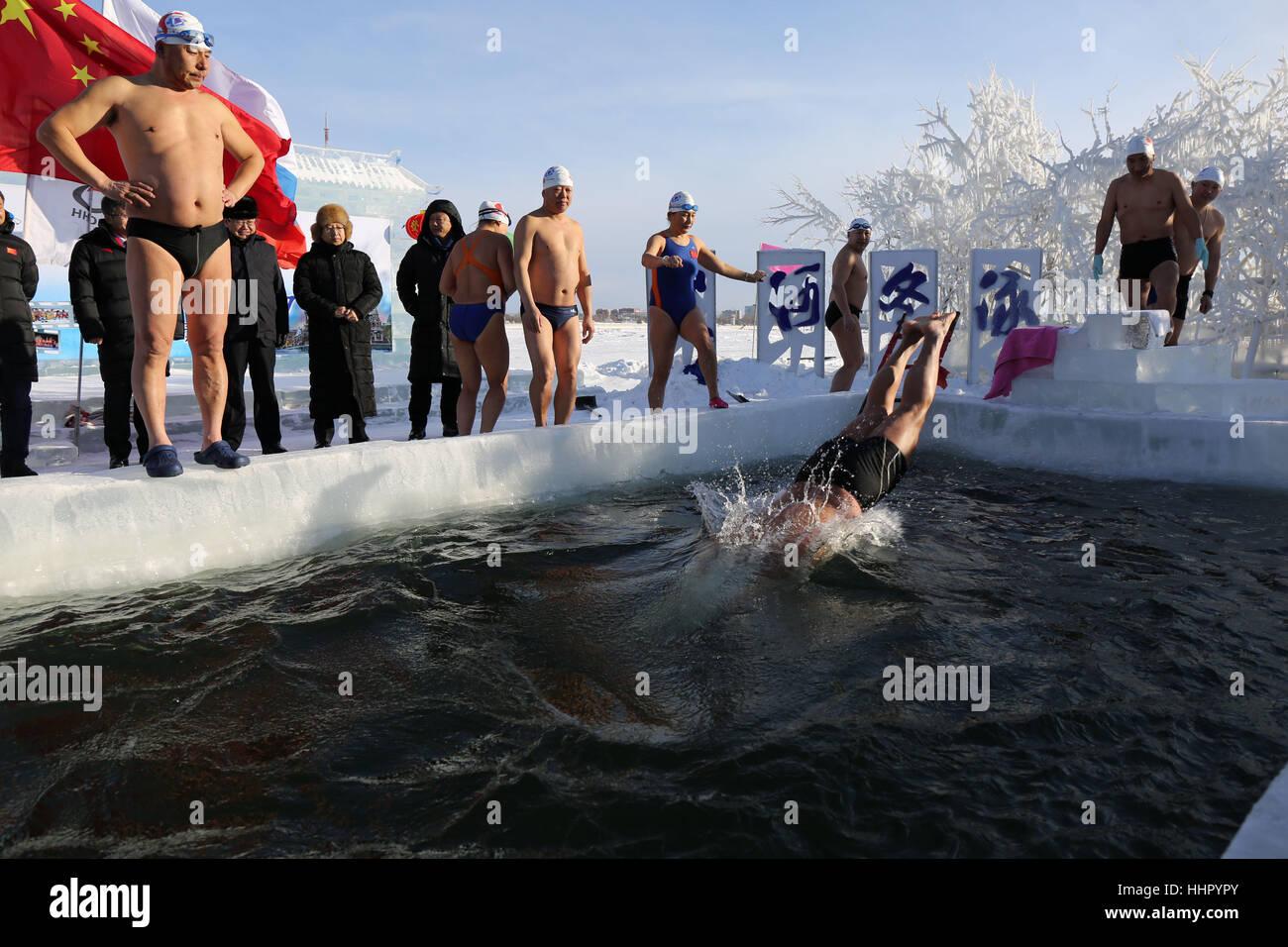 Heihe, Heihe, Cina. Xiv gen, 2017. Heihe, CINA-gennaio 14 2017: (solo uso editoriale. Cina OUT) più di 20 nuotatori Foto Stock