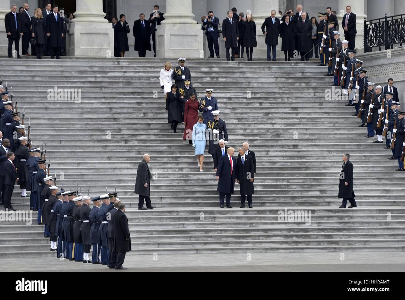 Washington, Stati Uniti d'America. Xx gen, 2017. Ex U.S. Il presidente Barack Obama parla con appena inaugurato U.S. Presidente Donald Trump dopo Donald Trump ha prestato giuramento come il quarantacinquesimo Presidente degli Stati Uniti a Washington D.C. Credito: Bao Dandan/Xinhua/Alamy Live News Foto Stock