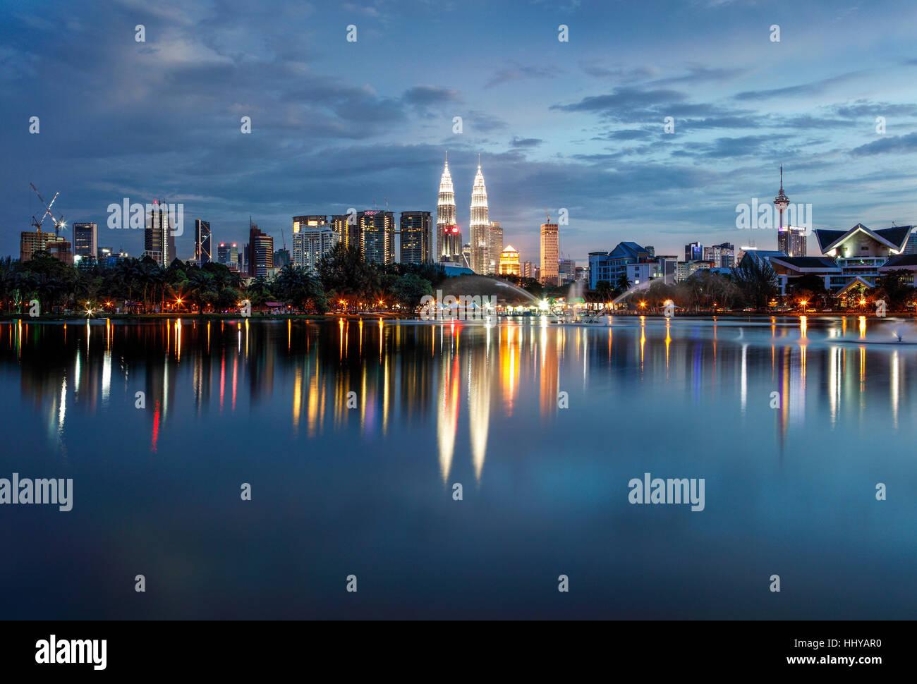 Lo skyline di Kuala Lumpur durante il crepuscolo. Immagini Stock
