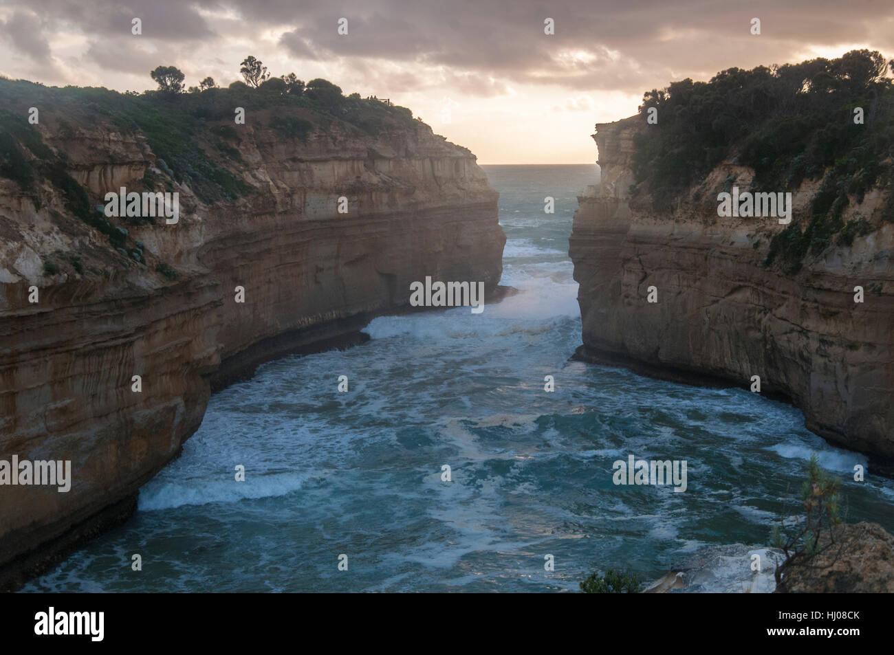 Alla Gola Loch Ard al crepuscolo, Parco Nazionale di Port Campbell, Great Ocean Road, Victoria, Australia Foto Stock