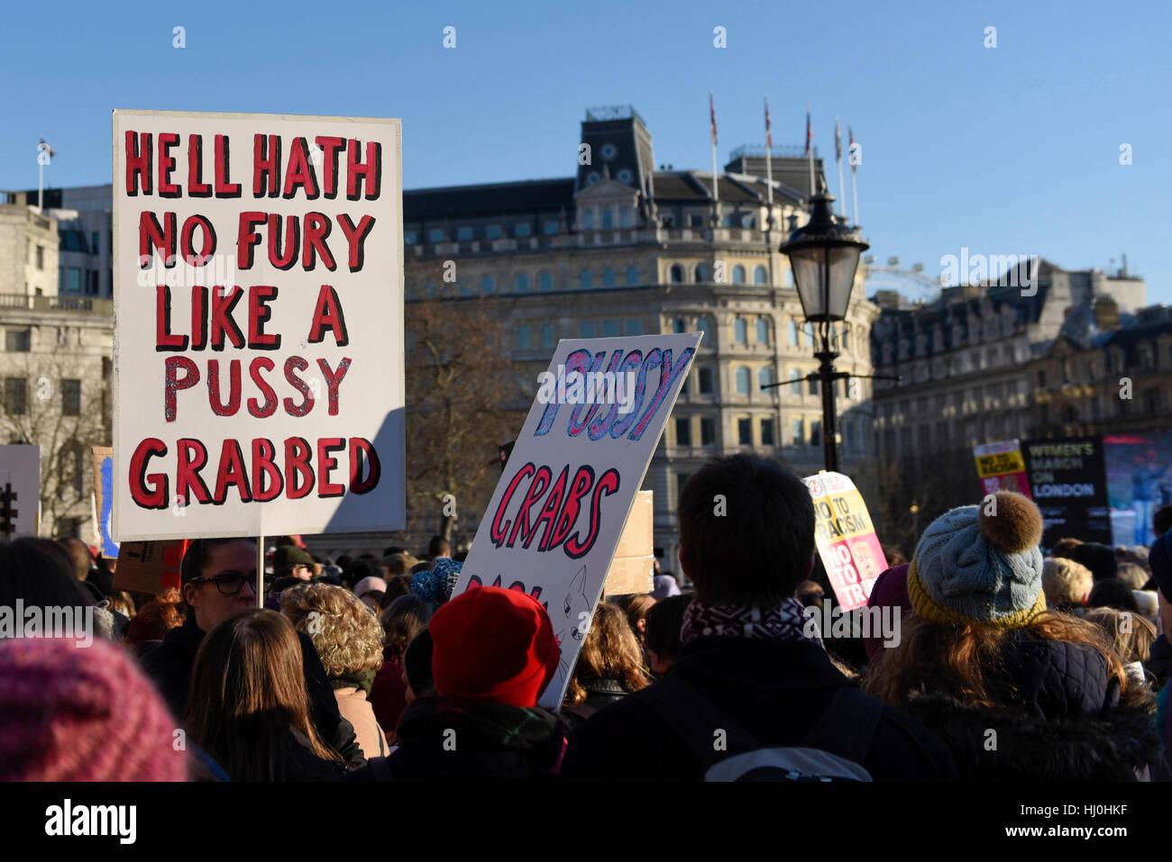 Londra, Regno Unito. Xxi gen, 2017. Cartelli e striscioni detenute aloft in Trafalgar Square di decine di migliaia Immagini Stock