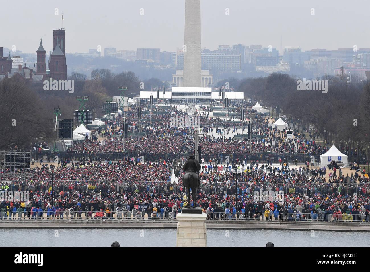 Spettatori riempire al National Mall a testimoniare la cerimonia di insediamento del presidente Donald Trump on Immagini Stock