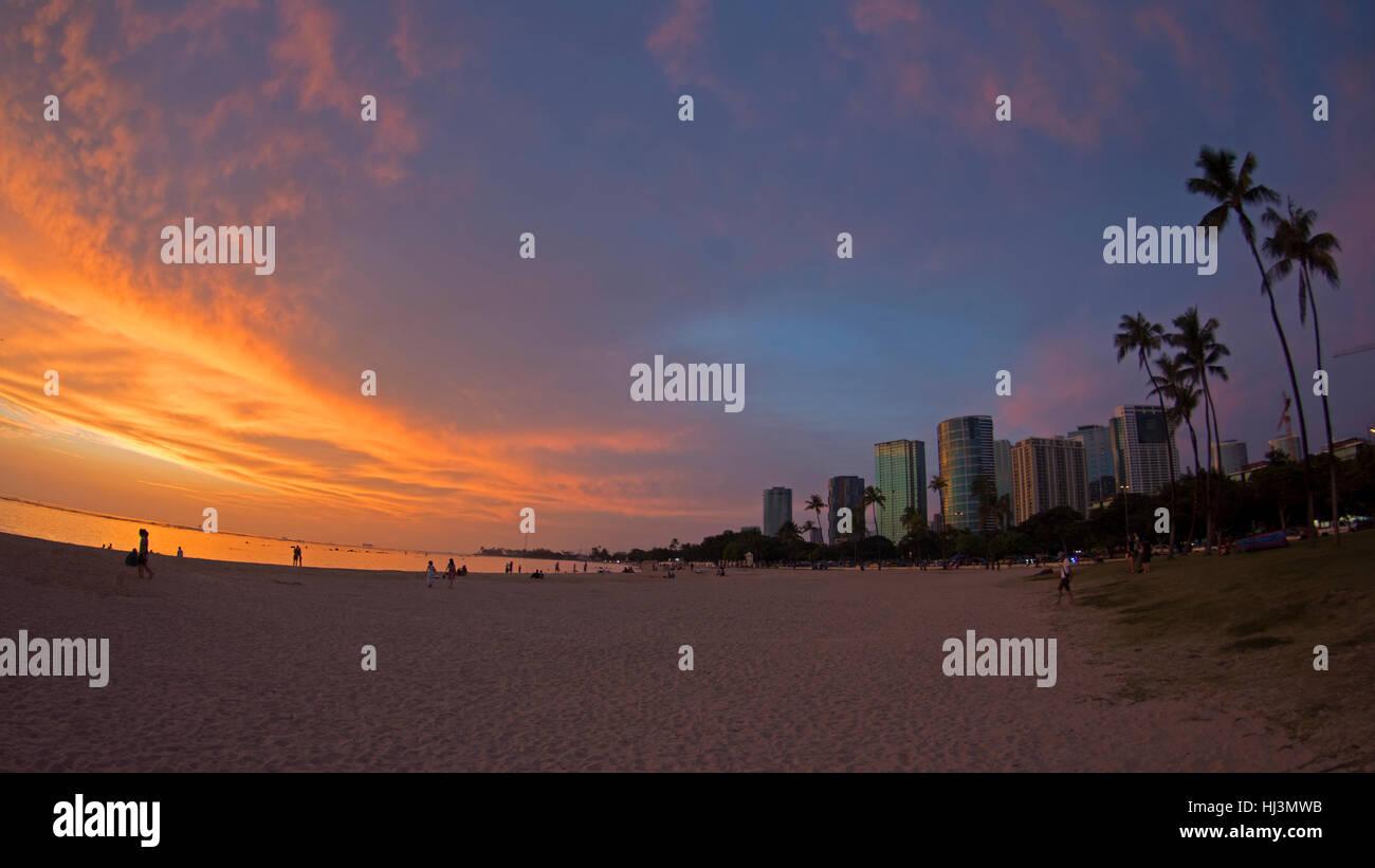 Tramonto sull'Ala Moana Beach, Honolulu Oahu, Hawaii, STATI UNITI D'AMERICA Immagini Stock