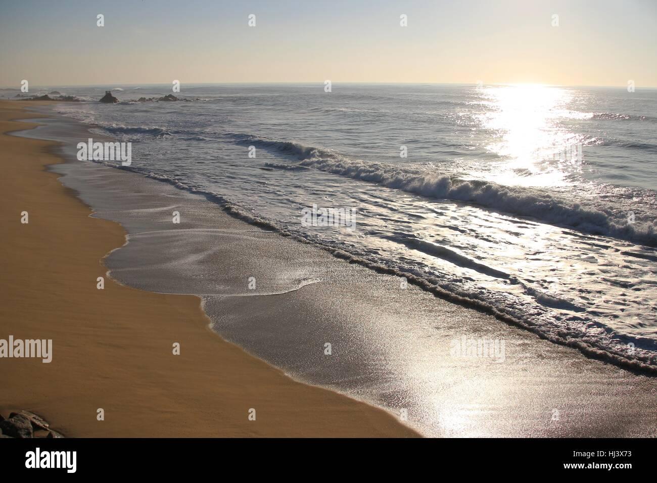 Sun la riflessione sul mare con sabbia Immagini Stock