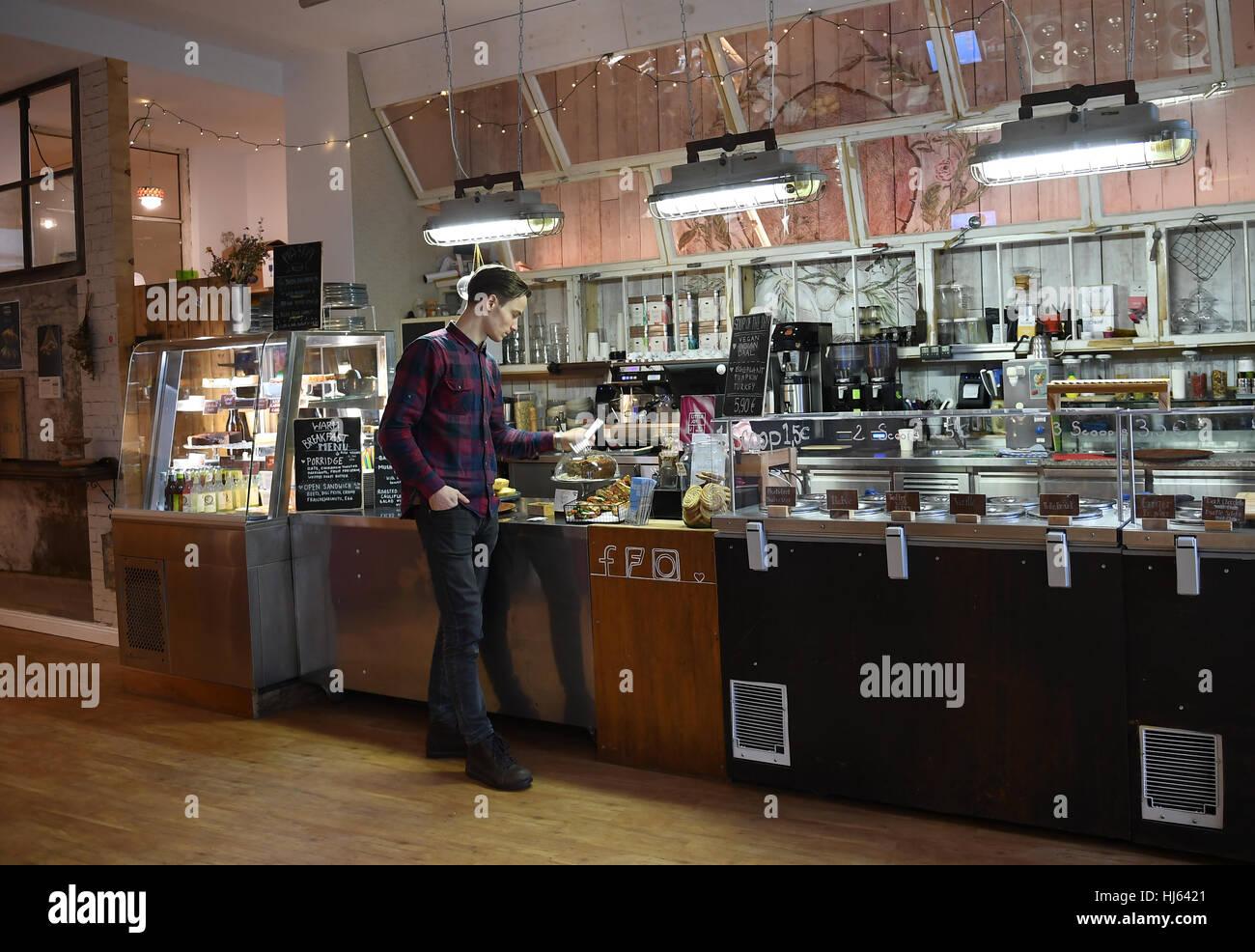 Berlino, Germania. 23 gen 2017. Stanislaw Halamoda nel suo cafe 'Oak & Ghiaccio' a Berlino, Germania, Immagini Stock