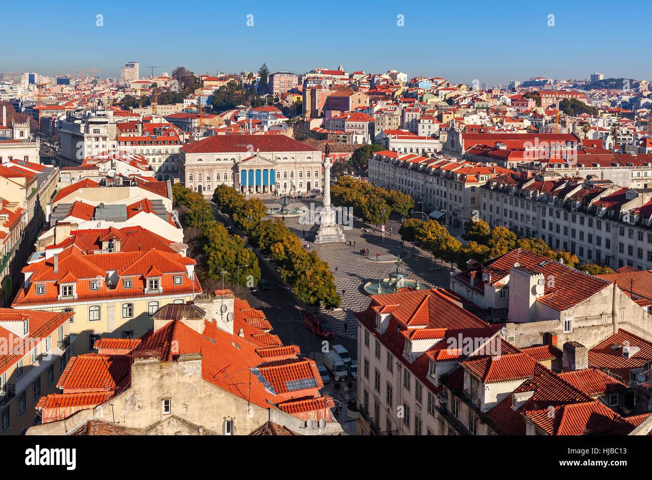 Vista dall'alto sulla piazza Rossio un tetti rossi di Lisbona, in Portogallo. Immagini Stock