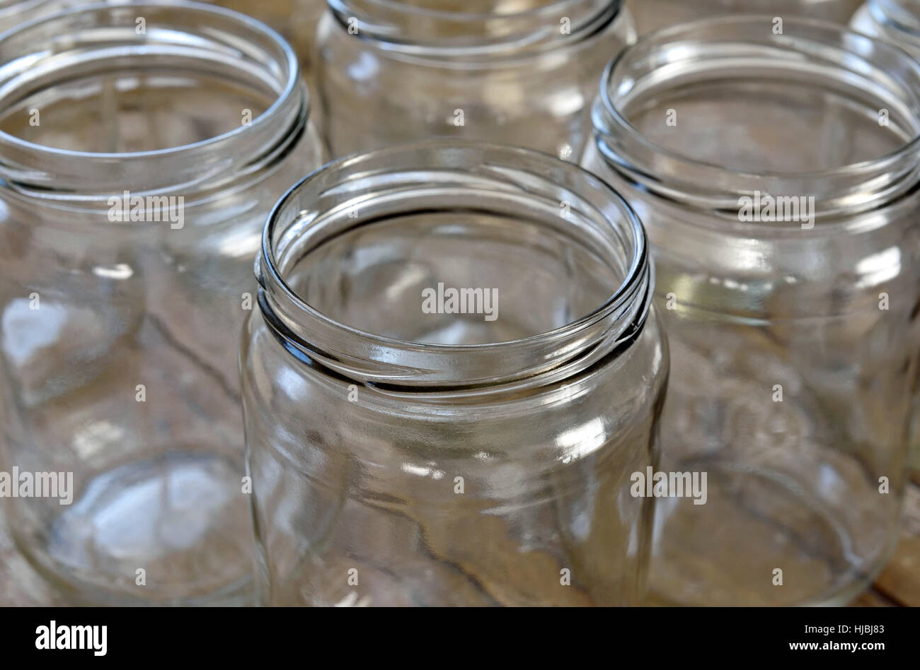 Pulire dei vasetti di vetro per il riutilizzo o il riciclaggio Immagini Stock