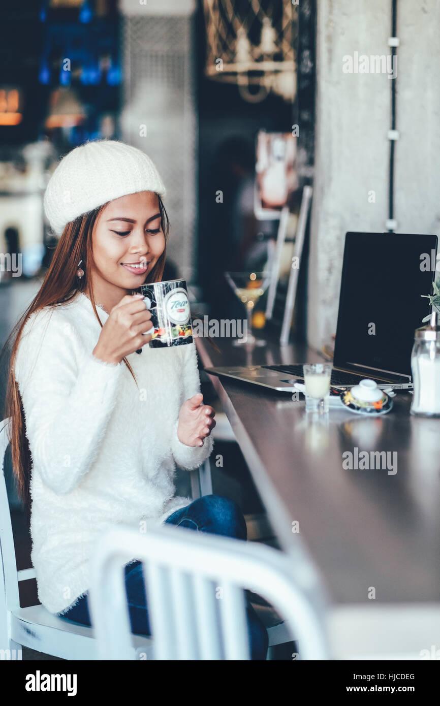 Stupendo giovane donna bere il tè in cafe Immagini Stock