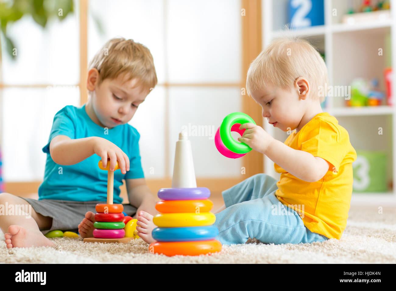 Bambini Che Giocano Insieme Il Toddler Kid E Il Bambino Gioca Con
