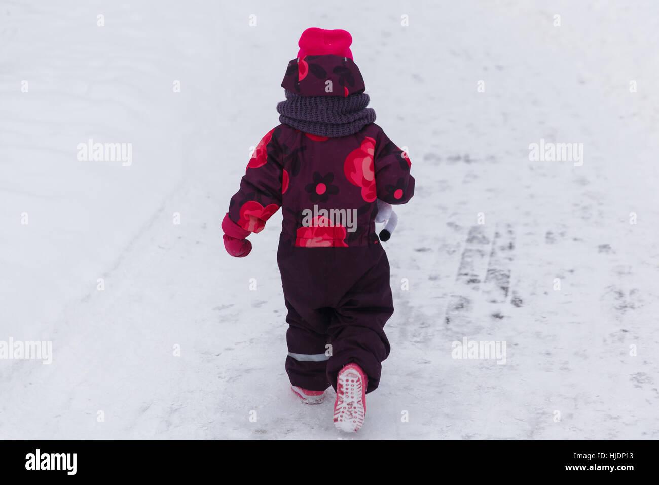 Bambina in winter park Immagini Stock