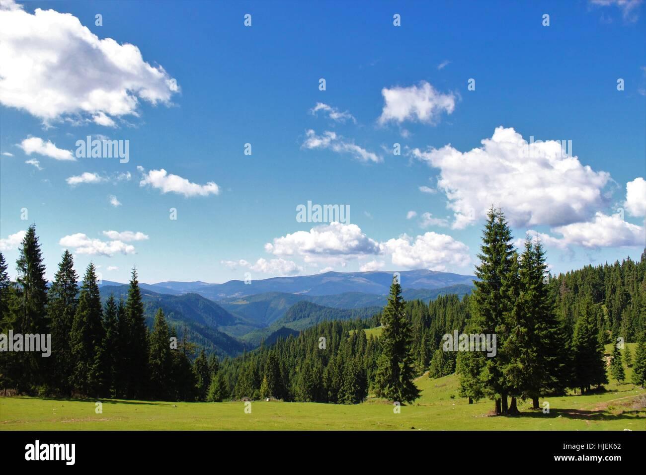 Vista mozzafiato delle montagne che si apre davanti ai vostri occhi Immagini Stock