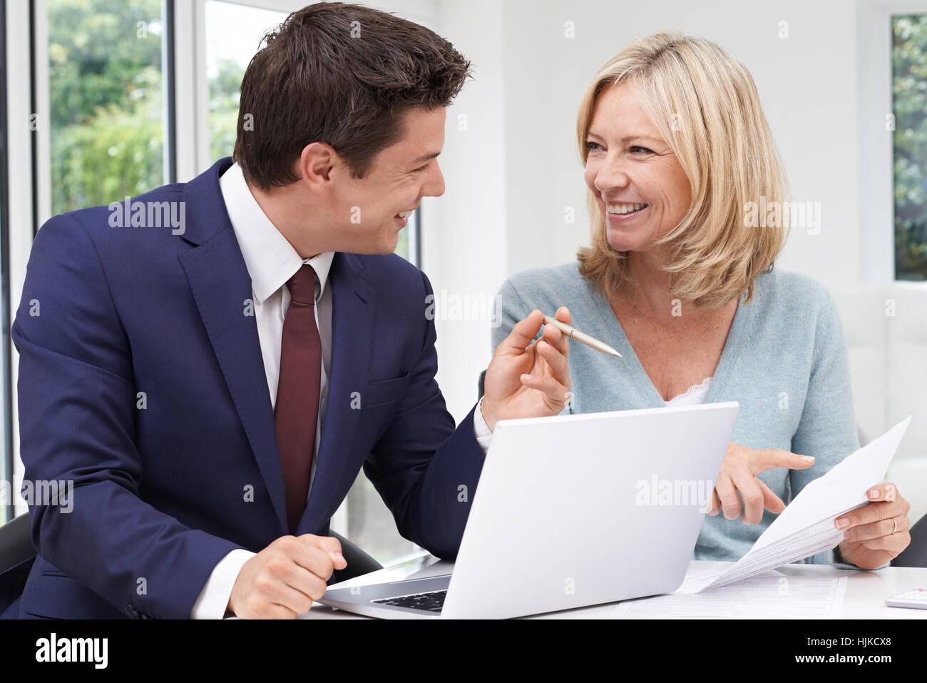 Donna matura incontro con il consulente finanziario a casa Immagini Stock