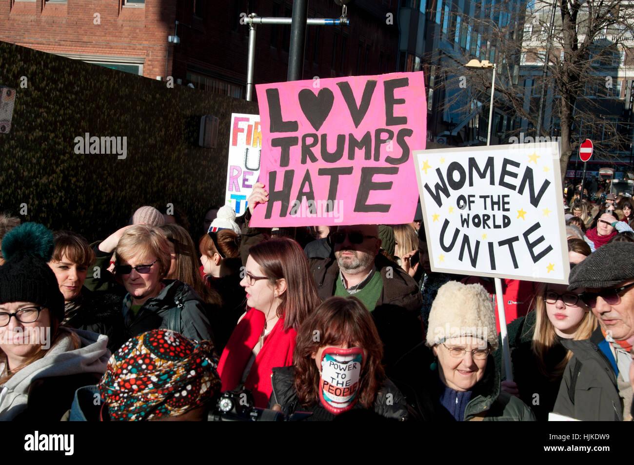 """Le donne di anti-Trump marzo, Londra. Cartelli dicendo """"l amore trionfi odio """" e """" Le donne di tutto Immagini Stock"""