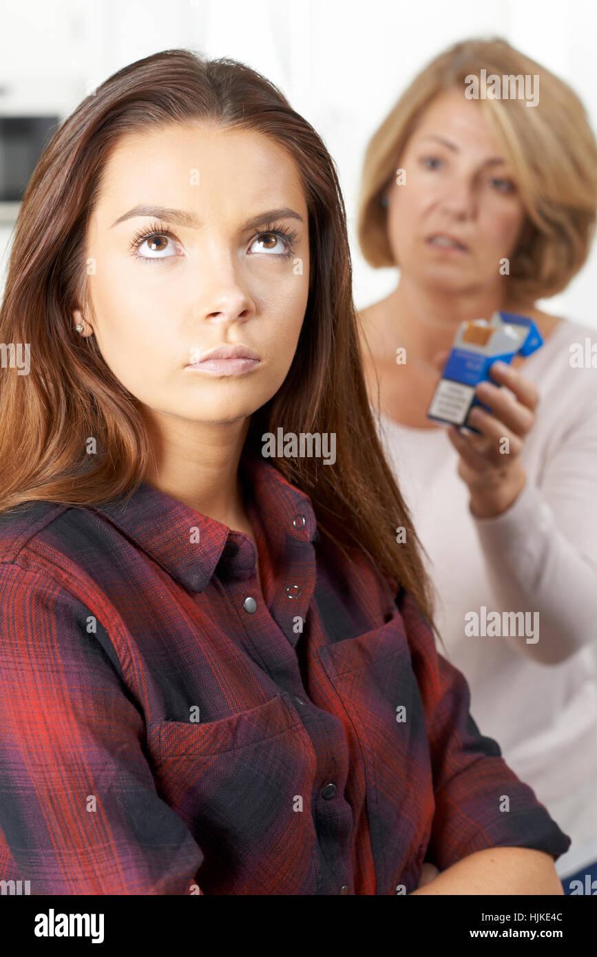 Madre di parlare alla figlia adolescente circa i pericoli del fumo Immagini Stock