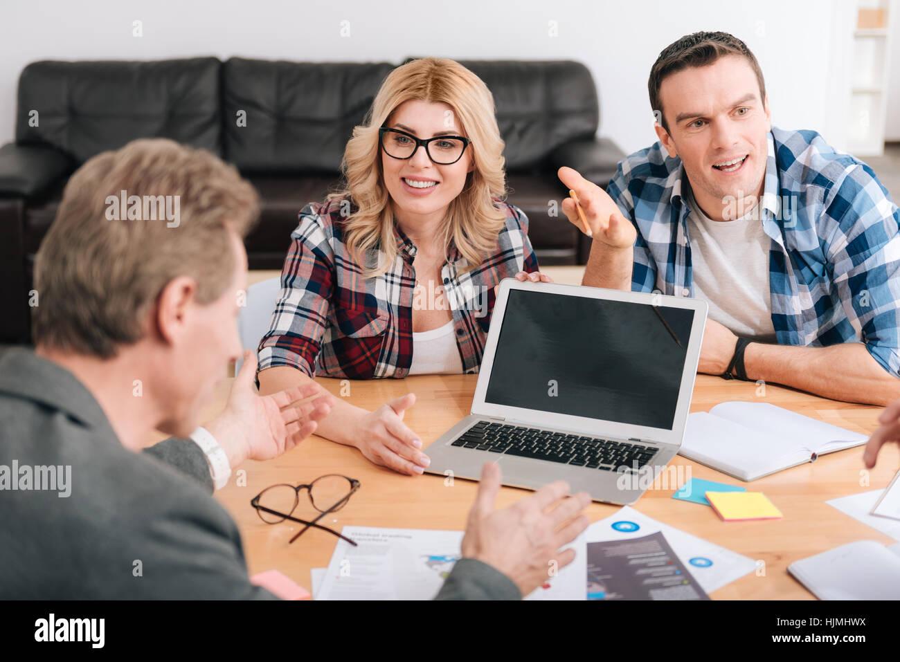 Moderni notebook innovativo in piedi sulla tavola Immagini Stock