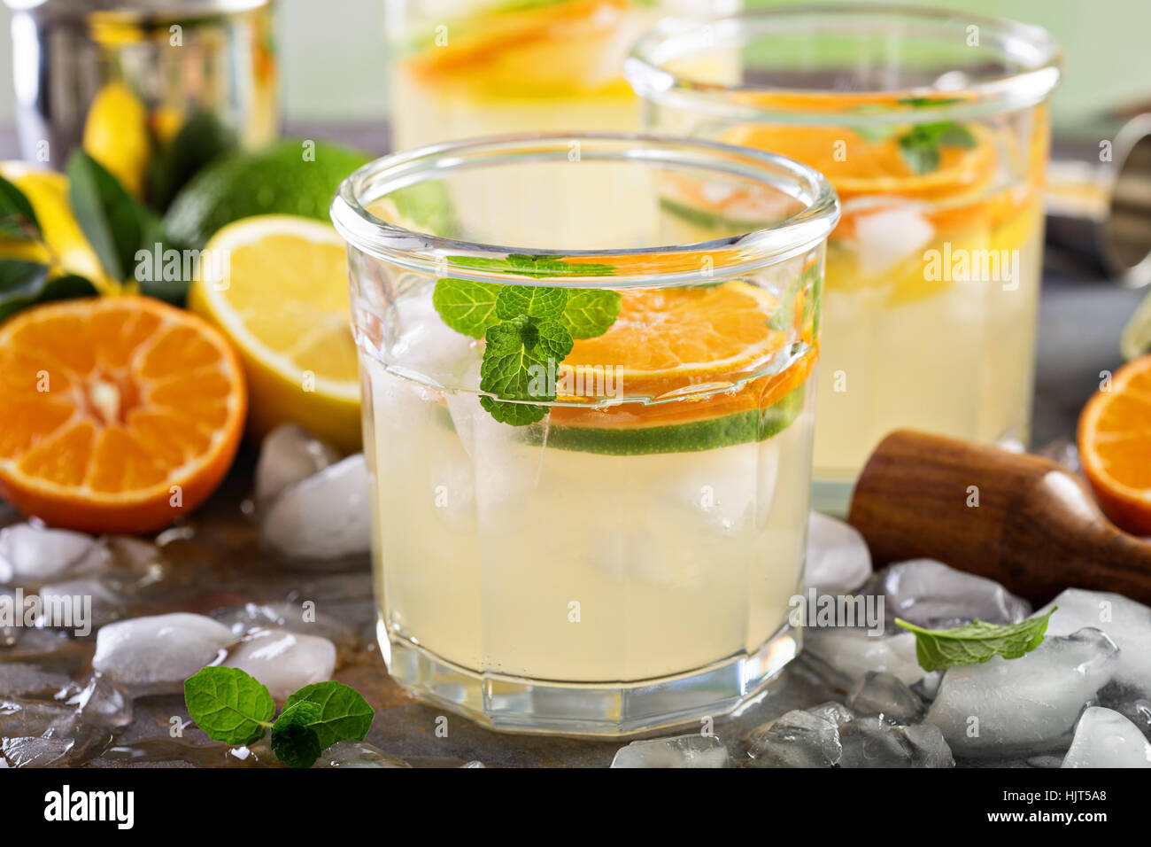 Rinfrescanti cocktail estivi con agrumi Immagini Stock