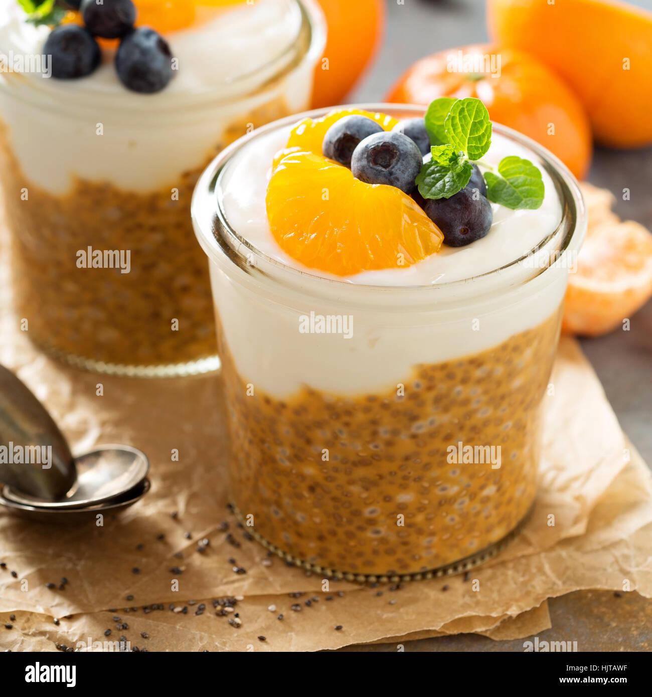 Orange chia il budino di cocco con yogurt Immagini Stock