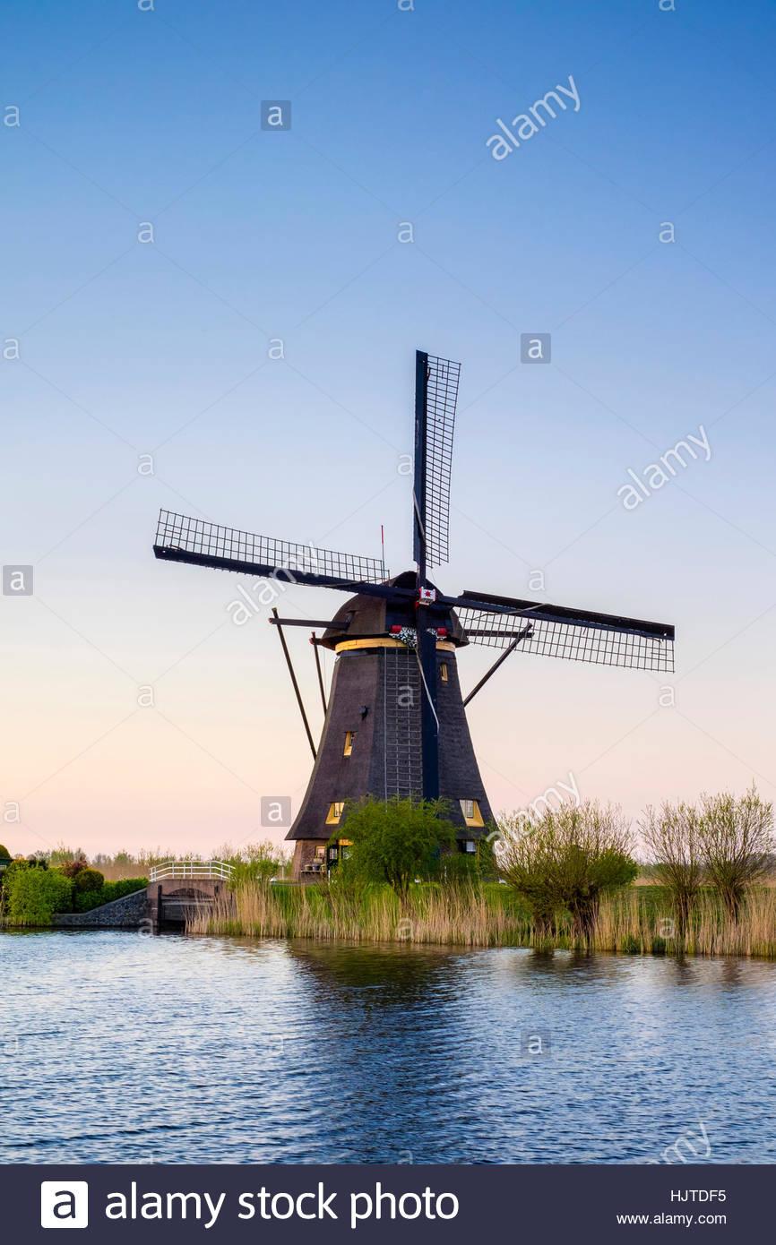Paesi Bassi, South Holland, Kinderdijk, Sito Patrimonio Mondiale dell'UNESCO. Storico olandese mulini a vento Immagini Stock