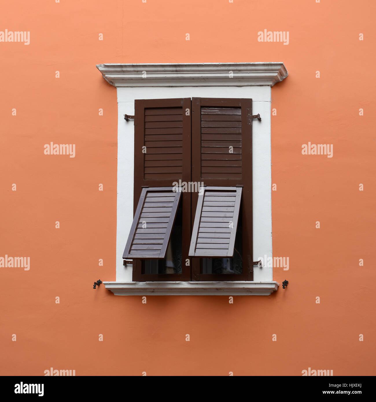 Pietra-inquadrata con la finestra chiusa e parzialmente aperta marrone scuri. Immagini Stock